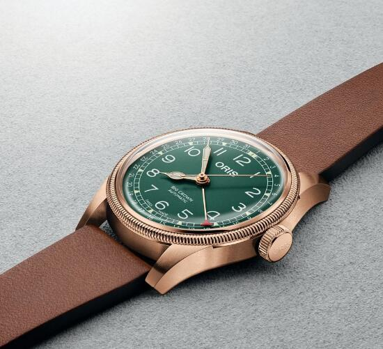 The combination of the bronze case and green dial make the timepiece very vintage.